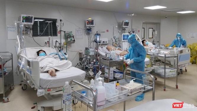 Điều trị bệnh nhân COVID-19 nặng trong tâm dịch TP.HCM - Ảnh: HCDC