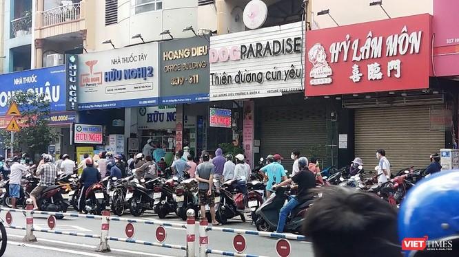 Sáng 21/8, hàng trăm người xếp hàng dài dằng dặc trước mỗi nhà thuốc, cửa hàng tiện lợi. Ảnh: Hoà Bình