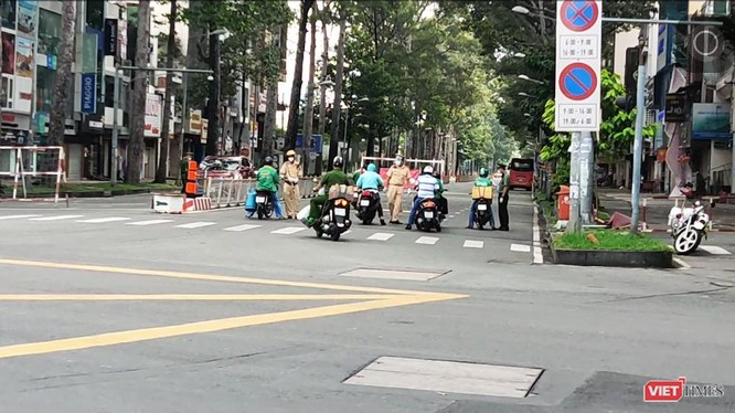 Lực lượng chức năng kiểm tra kỹ các đối tượng lưu thông trên đường. Ảnh Hoà Bình