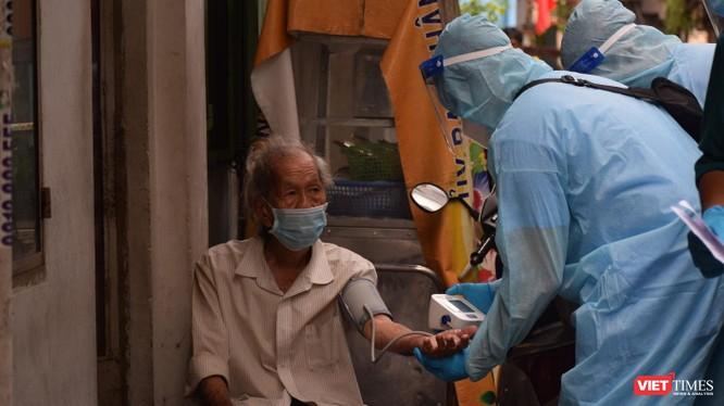 Quận 3 tiêm vaccine COVID-19 cho người già yếu, đi lại khó khăn. Ảnh: HCDC