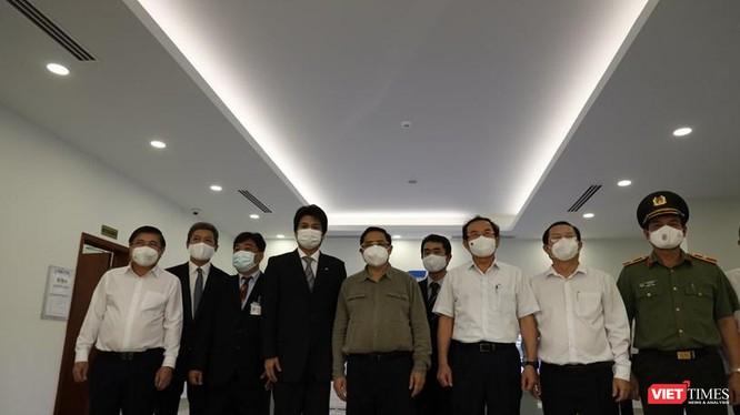 Thủ tướng Phạm Minh Chính cùng lãnh đạo TPHCM và các bộ ngành đi thị sát chống dịch. Ảnh Huyền Mai