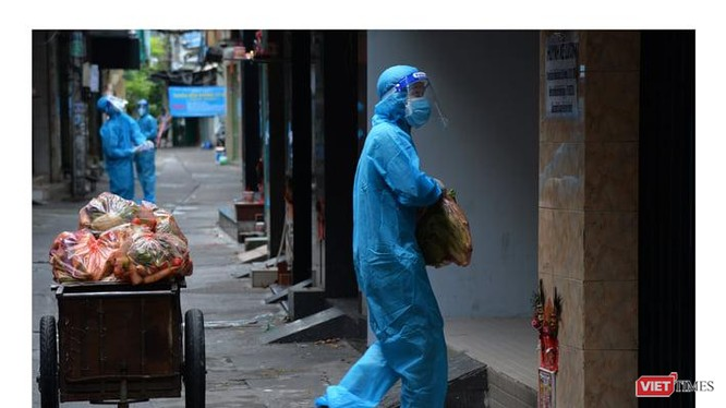 Bộ đội đi chợ hộ giúp người dân trong tâm dịch TP.HCM - Ảnh: Trần Thế Phong