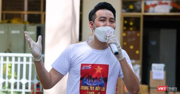 Ca sĩ Nguyễn Phi Hùng biểu diễn trong khu cách ly. Ảnh: NVCC
