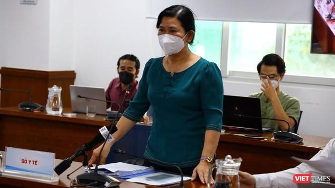 Chánh Văn phòng Sở Y tế TP.HCM Nguyễn Thị Huỳnh Mai trả lời về việc ngưng tiêm vắc xin Pfizer lô FK0112. Ảnh: Khang Minh