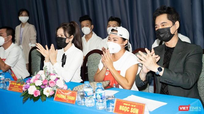 Từ phải qua: nam danh ca Ngọc Sơn, Phương Thanh, Lý Nhã Kỳ tham dự chương trình tri ân tuyến đầu chống dịch
