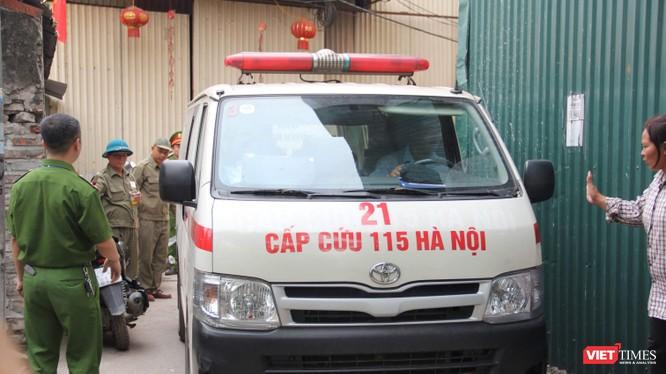 Xe cấp cứu đưa thi thể nạn nhân cuối cùng ra khỏi hiện trường.