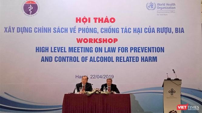 Thứ trưởng Bộ Y tế Nguyễn Trường Sơn (bên phải) và ông Kidong Park, đại diện của WHO tại Việt Nam chủ trì buổi tọa đàm trong khuôn khổ hội thảo