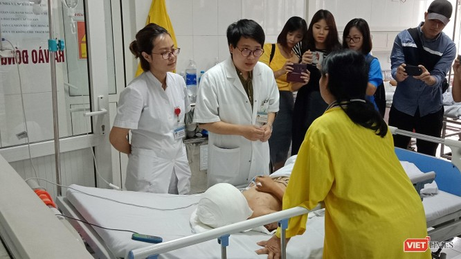 Bác sĩ của Bệnh viện chăm sóc cho bệnh nhi