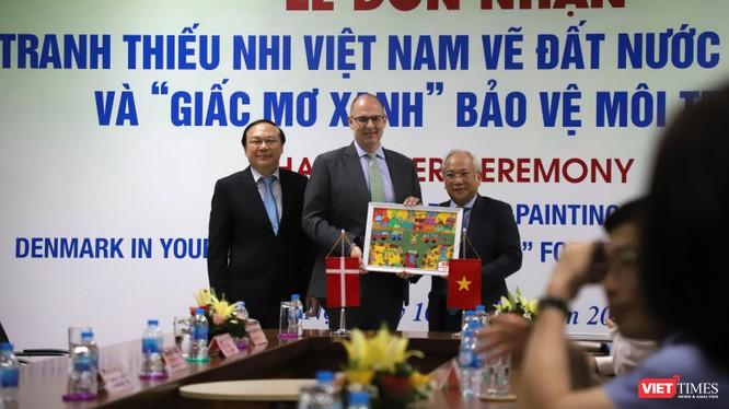 Đại diện các bệnh viện nhận tranh từ ông Kim Højlund Christensen - Đại sứ Đan Mạch tại Việt Nam.