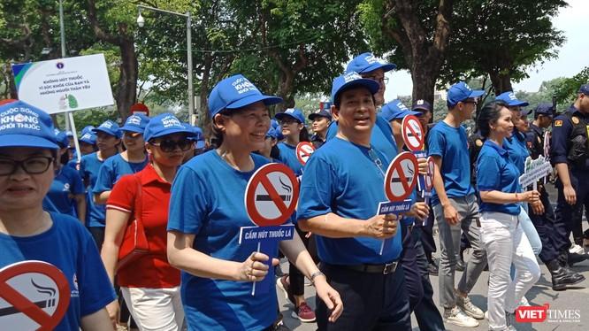 PGS.TS. Lương Ngọc Khuê - Cục trưởng Cục Quản lý Khám, chữa bệnh (Bộ Y tế), ông Kidong Park - Trưởng đại diện WHO tại Việt Nam cùng nhiều đại biểu đi bộ giữa trưa nắng để hưởng ứng Tuần lễ Quốc gia không thuốc lá.