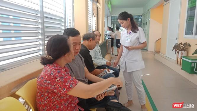 Người dân chờ đợi tới lượt vào khám bệnh dạ dày - thực quản tại Bệnh viện Hữu nghị Việt Đức sáng nay (22/6).