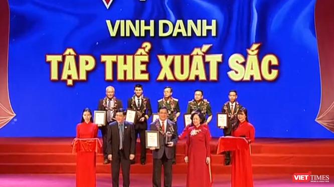 Ông Lương Ngọc Khuê - Cục trưởng Cục Quản lý Khám, chữa bệnh nhận giải thưởng tập thể xuất sắc tại Chương trình Vinh quang Việt Nam 2019.