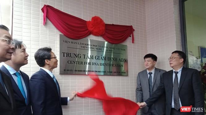 Phó Thủ tướng Chính phủ Vũ Đức Đam cùng ông Phan Xuân Dũng - Chủ nhiệm Ủy ban Khoa học công nghệ và môi trường của Quốc hội và đại diện các bộ, ngành khai trương Trung tâm Giám định ADN.
