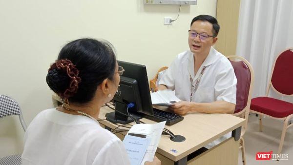 PGS.TS. Đỗ Trường Thành - Trưởng khoa Phẫu thuật tiết niệu, Bệnh viện Hữu nghị Việt Đức khám cho bệnh nhân.