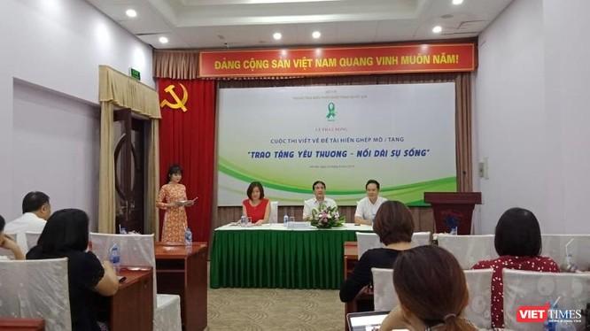 Đại diện ban tổ chức thông tin tới báo chí về cuộc thi viết chủ đề hiến, ghép tạng.