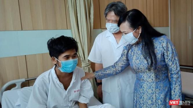 Bộ trưởng Bộ Y tế Nguyễn Thị Kim Tiến thăm các bệnh nhân ghép tạng tại Bệnh viện Hữu nghị Việt Đức.
