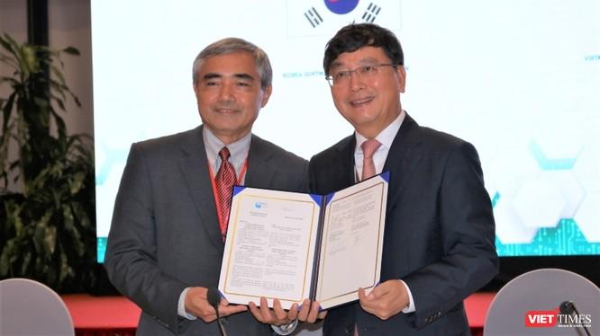 Chủ tịch VDCA Nguyễn Minh Hồng và Chủ tịch KOSA Lee Hong Goo ký kết hợp tác.