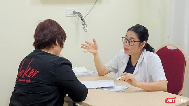 Bác sĩ Phạm Thị Thanh Huyền tư vấn cho người dân về bệnh lý đường ruột, táo bón.