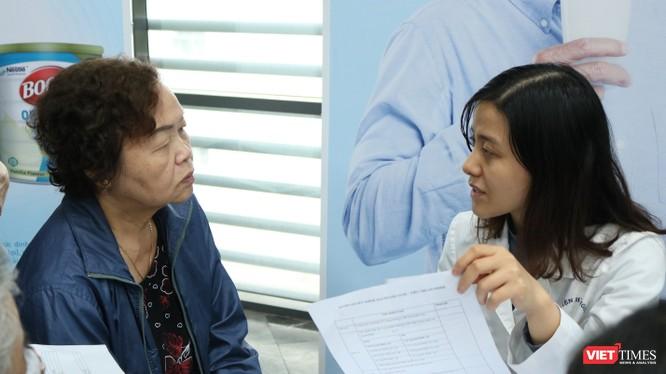 Bác sĩ tư vấn cho bệnh nhân mắc đái tháo đường tai Bệnh viện Hữu nghị ngày 30/11.