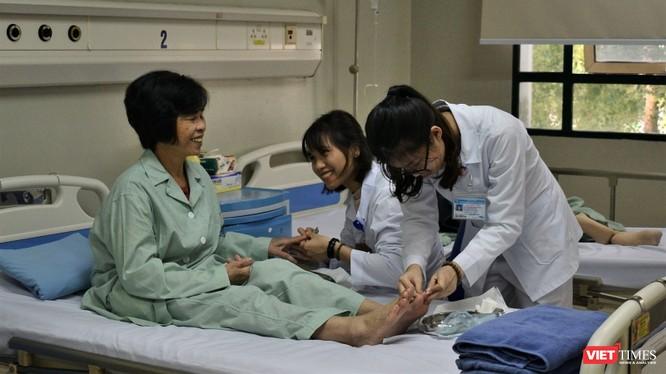 Nhóm điều dưỡng tại Bệnh viện cắt móng tay, móng chân cho bệnh nhân.