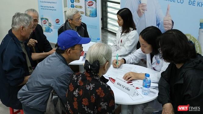 Nhân viên y tế tư vấn về chế độ dinh dưỡng cho bệnh nhân đái tháo đường.