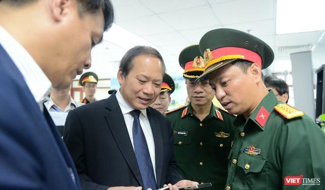 Ảnh minh họa: Bộ trưởng Trương Minh Tuấn khảo sát hoạt động nghiên cứu, sản xuất thiết bị viễn thông của Viettel.