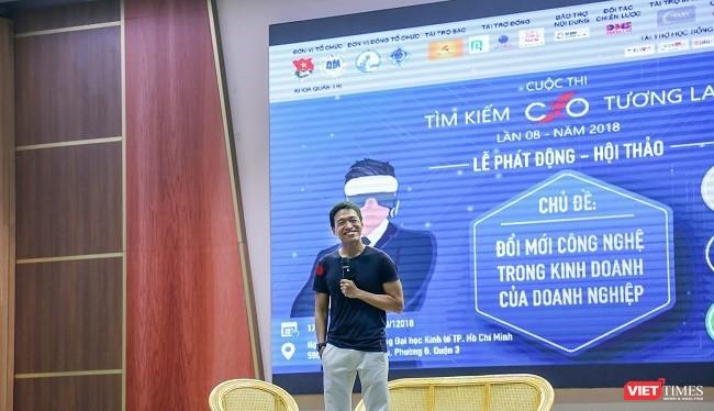 Anh Lê Hồng Minh giao lưu cùng với hàng trăm sinh viên ĐH Kinh tế trong buổi lễ phát động cuộc thi Tìm Kiếm CEO tương lai lần 8. Ảnh: P.Anh.