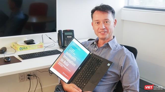 Phó giáo sư Jerry Watkins là một trong những nhà nghiên cứu và biên tập cho cuốn sách Sáng kiến chăm sóc sức khỏe di động ở châu Á.
