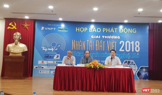 Ông Nguyễn Long (trái) cho rằng sự hỗ trợ lớn nhất của thí sinh tham gia giải thưởng là sự lan tỏa, đặc biệt là trong thế giới số hiện nay.