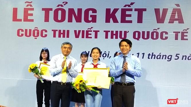 Thứ trưởng Bộ Thông tin Truyền thông Nguyễn Minh Hồng và đại diện Ban Tổ chức trao giải Nhất cho em Nguyễn Thị Bạch Dương (trường Nguyễn Trãi, Nam Sách, Hải Dương).