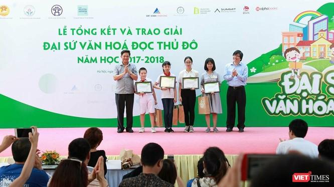 4 học sinh có bài dự thi xuất sắc nhất vừa được vinh danh Đại sứ Văn hóa đọc Thủ đô năm học 2017 - 2018 vào sáng nay (26/5).
