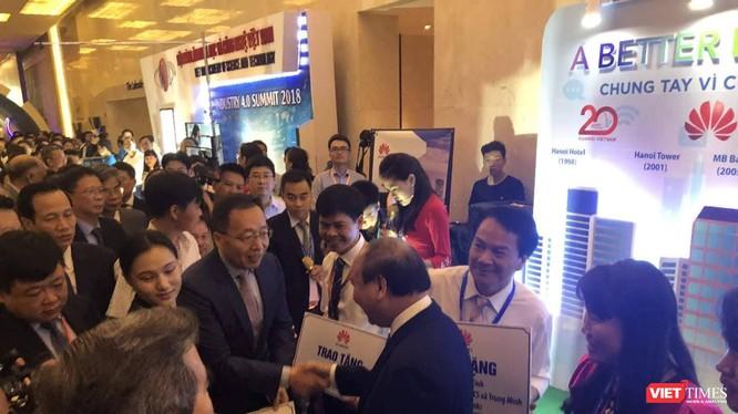 Thủ tướng Nguyễn Xuân Phúc chứng kiến Lễ trao tặng 100 bộ máy tính cho 5 trường học.