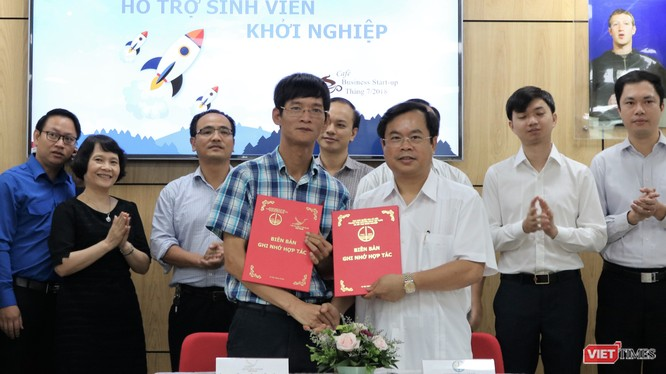 Ông Nguyễn Xuân Cường và ông Vương Quốc Thắng ký bản thỏa thuận hợp tác. Ảnh: Việt Anh