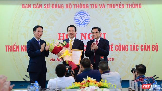 Trưởng ban Tuyên giáo Trung ương Võ Văn Thưởng (trái) và Trưởng ban Tổ chức Trung ương Phạm Minh Chính trao quyết định, chúc mừng quyền Bộ trưởng Nguyễn Mạnh Hùng.