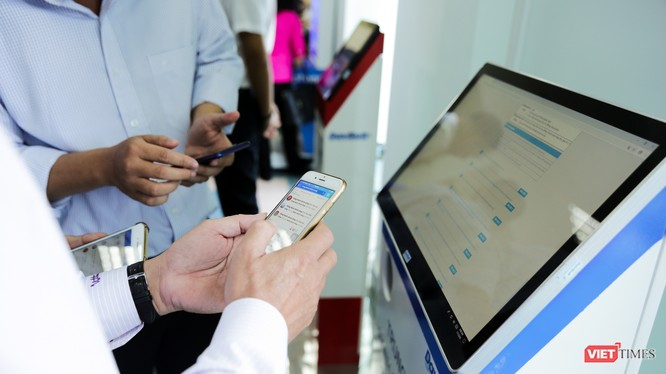 Người dân đang tìm hiểu các thao tác làm thủ tục hành chính trực tuyến.