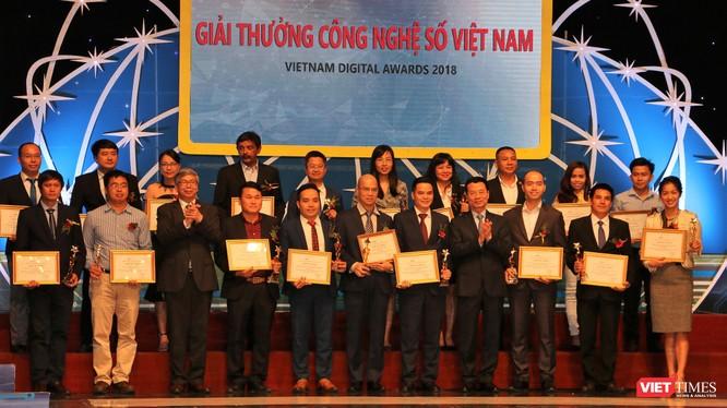Bộ trưởng Bộ TT&TT Nguyễn Mạnh Hùng và Chủ tịch Liên hiệp các hội Khoa học và Kỹ thuật Việt Nam - GS.VS.TSKH Đặng Vũ Minh trao giải cho các ứng dụng công nghệ số xuất sắc