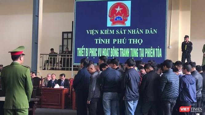 Bị cáo Nguyễn Thanh Hóa đứng hàng trên trong nhóm các bị cáo nghe tòa tuyên phạt hôm nay.