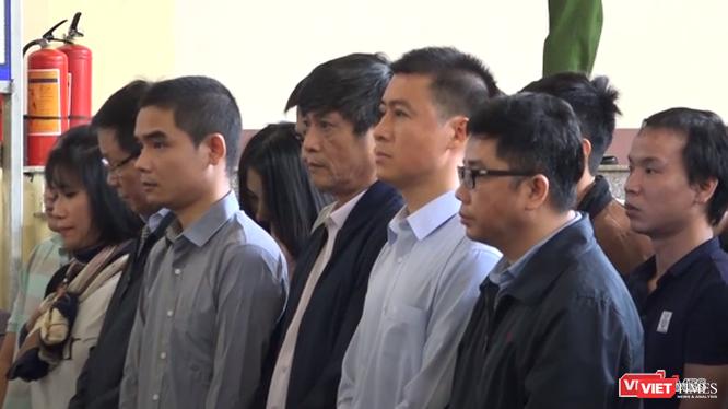 Bị cáo Phan Sào Nam (áo sơ-mi trắng) tại phiên tòa xét xử sơ thẩm.