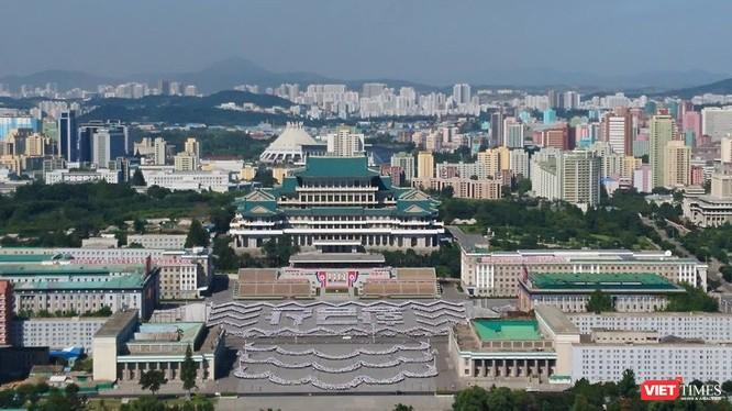 Quảng trường Kim Nhật Thành nhìn từ tháp Juche. Ảnh: Minh Hường
