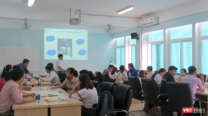 Các nhóm thảo luận tại khóa đào tạo đươc tổ chức tại Phân hiệu Đại học Huế tại Quảng Trị.