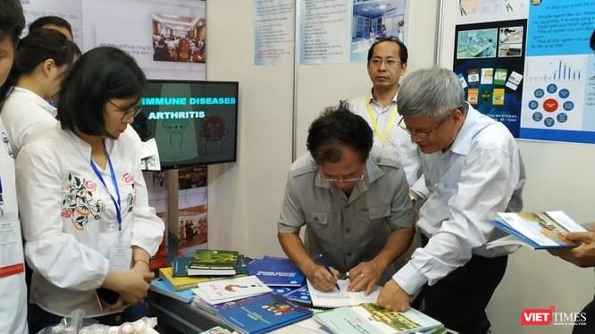 Đông đảo người dân đến tìm hiểu về thiết bị, dịch vụ y tế, chăm sóc sức khỏe tại triển lãm sáng nay (8/5).