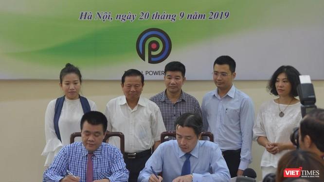 Lễ kí kết chương trình hợp tác giữa Cục Trẻ em và TikTok Việt Nam có sự chứng kiến của Nguyên Bộ trưởng Bộ TT&TT Lê Doãn Hợp (hàng hai, thứ hai trái sang) và đại diện nhiều cơ quan, tổ chức.