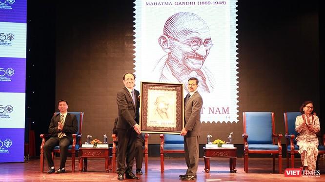 Thứ trưởng Phạm Anh Tuấn thay mặt Bộ TT&TT Việt Nam tặng Đại sứ quán Ấn Độ bức tranh phóng bộ tem.