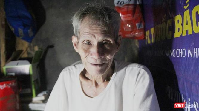 """Ông Cao giữa căn nhà """"kỷ lục"""" thuộc khu phố cổ Hà Nội."""