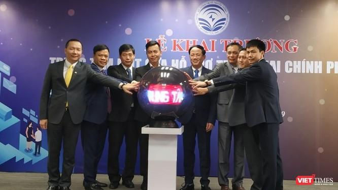 Thứ trưởng Bộ TT&TT Phạm Anh Tuấn và lãnh đạo các đơn vị chuyên trách CNTT các Bộ, ngành, đại diện Sở TT&TT các tỉnh/thành cùng Bưu điện Việt Nam nhấn nút khai trương.