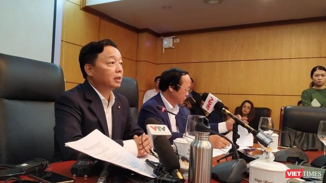 Bộ trưởng Trần Hồng Hà cho rằng, trên cơ sở đánh giá, phân tích nồng độ bụi mịn 5 năm qua cho thấy, các chỉ số bụi mịn có xu hướng gia tăng và đây là tác nhân gây ảnh hưởng trực tiếp, nghiêm trọng đến sức khỏe.