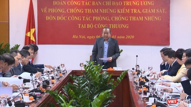 Phó Thủ tướng Thường trực Chính phủ Trương Hòa Bình làm việc tại Bộ Công thương.