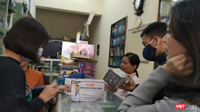 Vài giờ sau khi WHO tuyên bố dịch virus Corona là tình trạng khẩn cấp toàn cầu, giá bán khẩu trang tại Hà Nội tiếp tục tăng, gấp 5-6 lần so với ngày thường. Ảnh: Anh Lê.
