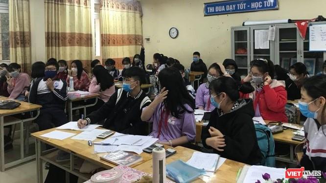 Chủ tịch UBND TP. Hà Nội yêu cầu các trường tiếp tục triển khai việc nắm bắt sức khỏe học sinh, tiến hành khử khuẩn, hướng dẫn cho học sinh phòng chống dịch.