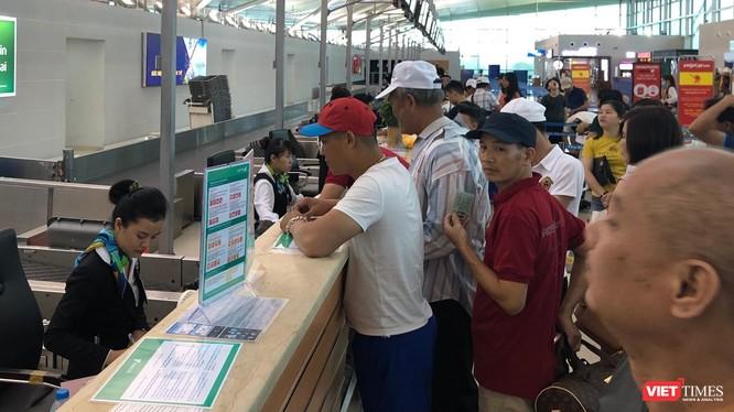 Hàng khách xếp hàng chờ làm thủ tục tại sân bay Phú Quốc.